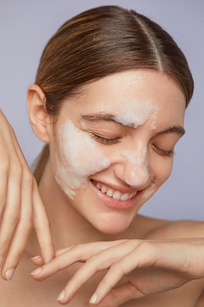 Gros Plan Femme Smiley Avec Masque Facial Photo gratuit
