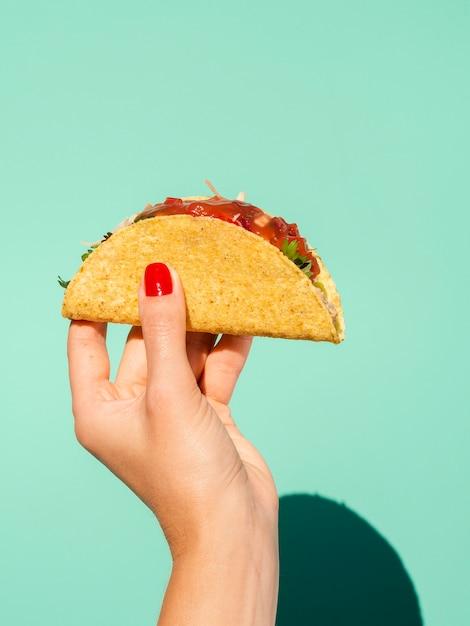 Gros plan femme avec taco et fond vert Photo gratuit