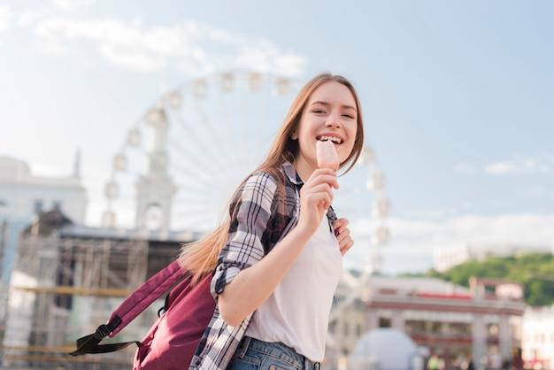 Gros plan, femme, tenue, glace popsicle, et, sourire Photo gratuit