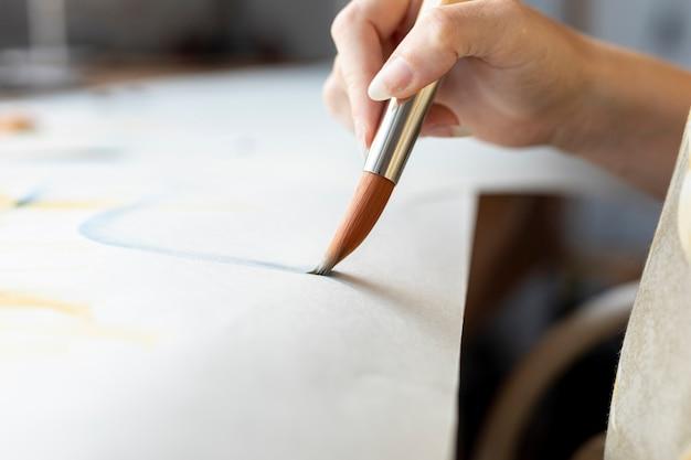 Gros plan, femme, tenue, peinture, pinceau Photo gratuit