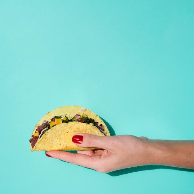 Gros plan, femme, tenue, taco, à, fond vert, et, copie, espace Photo gratuit