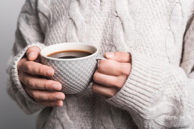 Gros plan, de, femme, tenue, tasse café Photo gratuit