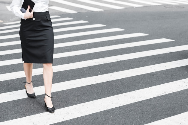 Gros plan, femme, traverser rue Photo gratuit