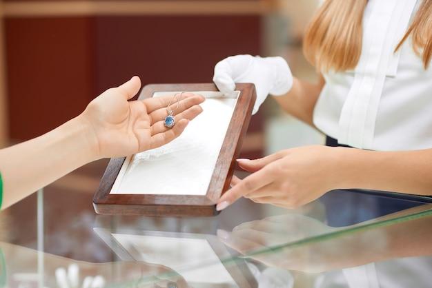 Gros Plan D'une Femme Vérifiant Un Collier à La Bijouterie Photo Premium