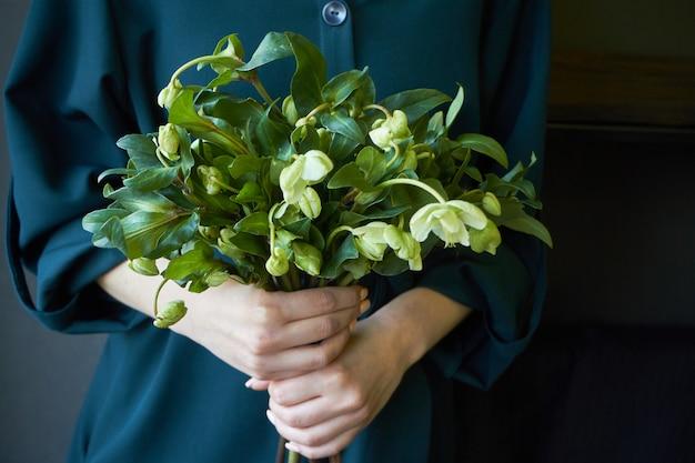 Gros Plan, Femme, Vert, Robe, Tenue, Bouquet, Frais, Fleurir, Hellébore, Fleurs, Sélectif, Foyer Photo Premium