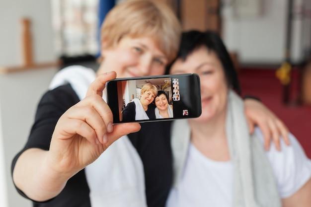 Gros Plan Des Femmes âgées Prenant Des Selfies Photo gratuit