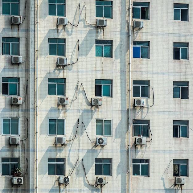 Gros Plan Des Fenêtres D'un Bâtiment Blanc Pendant La Journée Photo gratuit