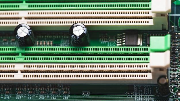 Gros plan de la fente pci sur le circuit imprimé Photo gratuit