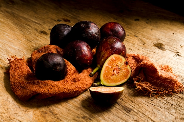 Gros plan des figues fraîches coupées sur une table en bois Photo gratuit