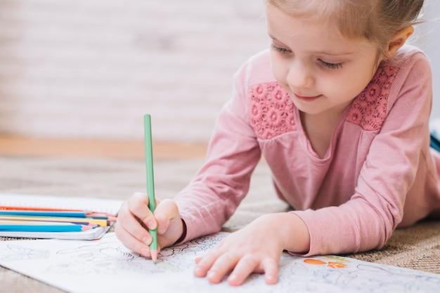 Gros Plan Fille Dessin Livre Crayon Coloré Télécharger
