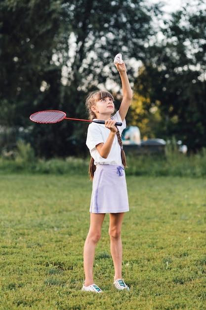 Gros plan d'une fille jouant au badminton dans le parc Photo gratuit