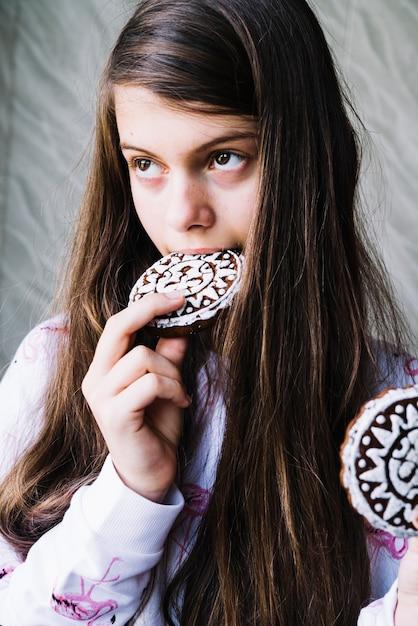 Gros plan, de, fille, manger, biscuits cuits Photo gratuit