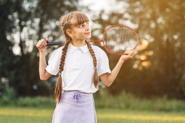 Gros plan, fille, tenue, badminton, regarder loin Photo gratuit
