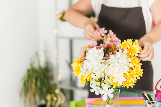 Gros plan, de, fleurs fraîches, devant, femme, fleuriste Photo gratuit