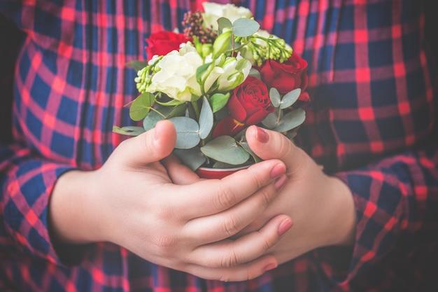 Gros plan, fleurs, mains féminines Photo Premium