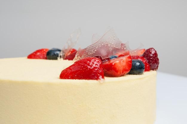 Gros plan, frais, gâteau, décoré, à, baies Photo gratuit