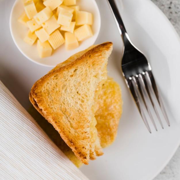 Gros Plan De Fromage Et De Pain Grillé Photo gratuit