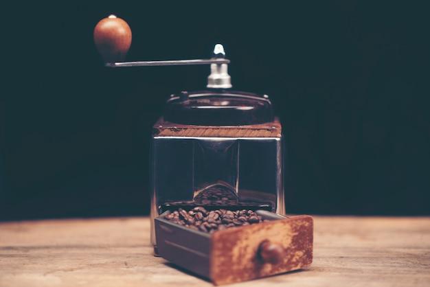 Gros plan des gadgets de brassage de café sur le comptoir de bar en bois. Photo Premium
