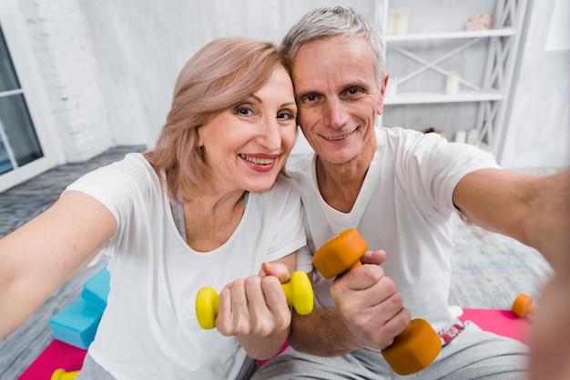 Gros plan, de, gai, aimer, couples aînés, exercer, à, haltères Photo gratuit