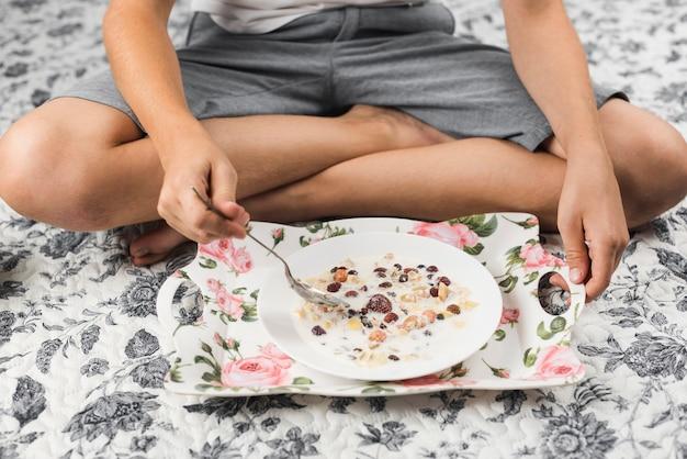 Gros plan, garçon, séance, moquette, avoir, avoine, petit déjeuner Photo gratuit