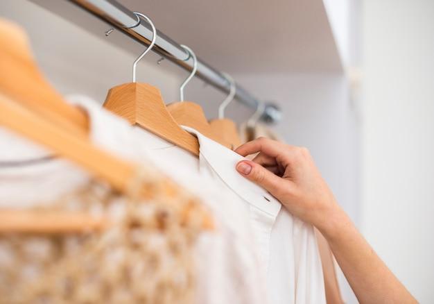 Gros plan d'une garde-robe féminine Photo gratuit