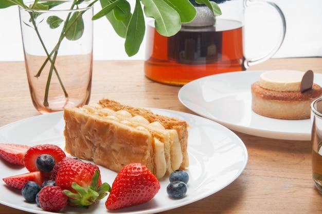 Gros plan, de, gâteaux, portions, baies fraîches, et, théière, sur, table Photo gratuit
