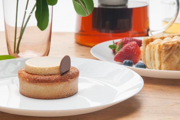 Gros plan, de, gâteaux, portions, baies, verre, théière, sur, table Photo gratuit
