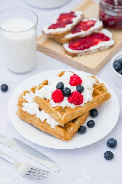 Gros plan, de, gaufre, à, fraises, et, lait, sur, table Photo gratuit