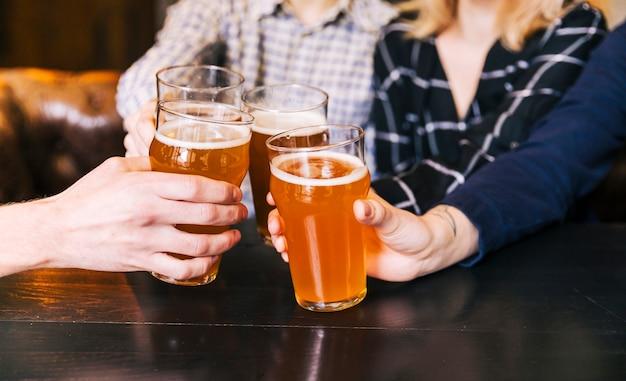 Gros plan, gens, acclamations, bar, restaurant Photo gratuit