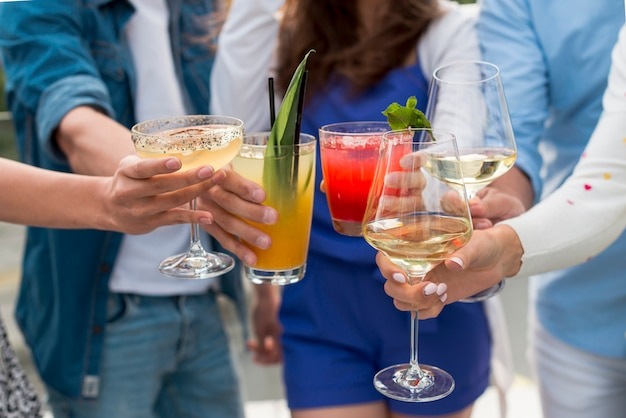 Gros plan de gens portant un toast à une fête Photo gratuit