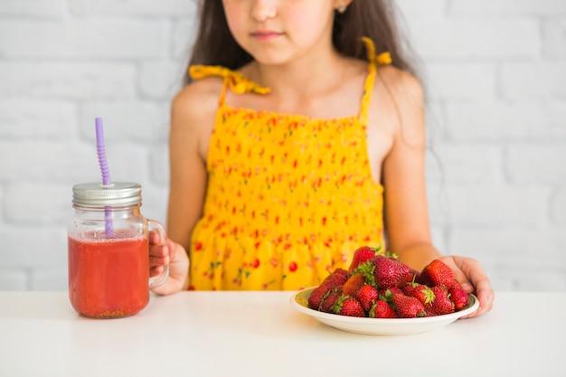 Gros plan, girl, tenue, plaque, fraises, smoothies, pot Photo gratuit