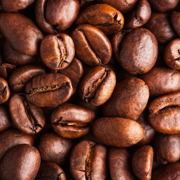 Gros Plan De Grains De Café Arabica. Pour économiseurs D'écran, Arrière-plans, Textures, Torréfacteurs Et Vendeurs De Café. Photo Premium