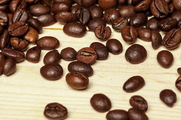Gros plan de grains de café sur un bois Photo Premium