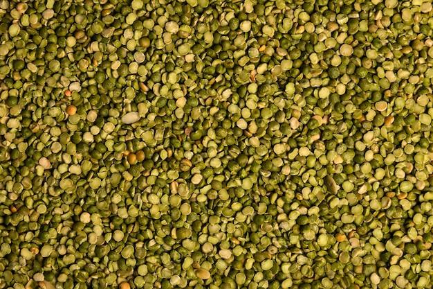 Gros plan de grains de lentilles vertes non cuites. concept d'aliments sains. fond de lentilles Photo Premium