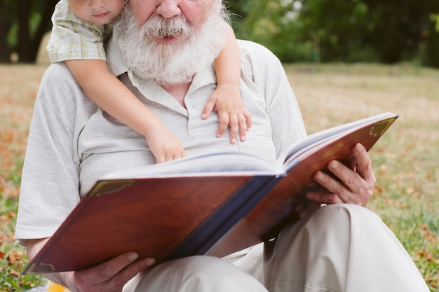 Gros Plan, Grand-père, Petit-fils, Lecture Photo gratuit