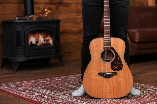 Gros plan guitare acoustique sur le tapis Photo gratuit
