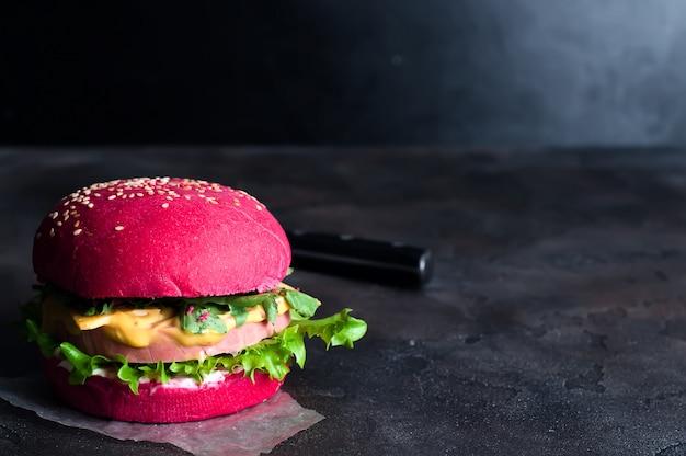 Gros plan de hamburgers faits maison avec de la laitue et des saucisses Photo Premium