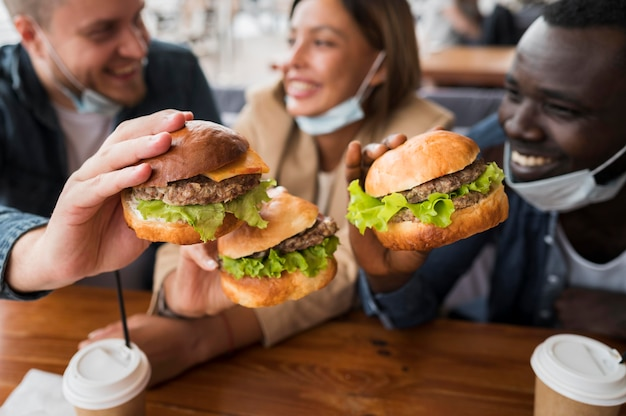 Gros Plan, Heureux, Amis, Tenue, Hamburgers Photo Premium