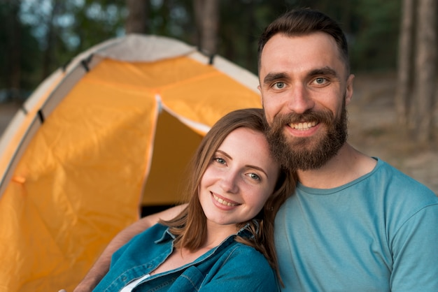Gros plan, heureux, couple, côté, tente Photo gratuit