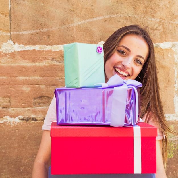 Gros plan, de, a, heureux, femme, tenue, empilé, cadeaux Photo gratuit