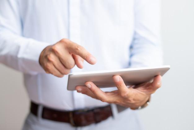 Gros plan d'un homme d'affaires à l'aide d'une tablette Photo gratuit