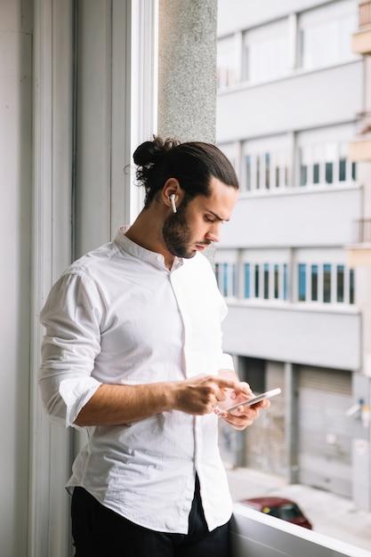 Gros Plan D'un Homme D'affaires à L'aide D'un Téléphone Intelligent Photo gratuit