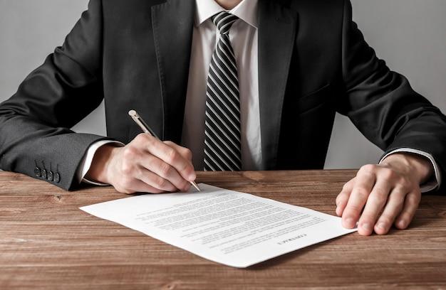 Gros Plan Homme D'affaires Signant Un Contrat Faisant Un Concept D'accord, D'entreprise Et De Réussite Photo Premium