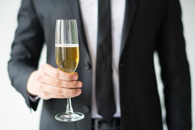 Gros plan, de, homme affaires, tenant coupe, à, champagne Photo gratuit