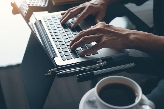 Gros Plan, De, Homme Affaires, Travailler, Ordinateur Portable Photo Premium