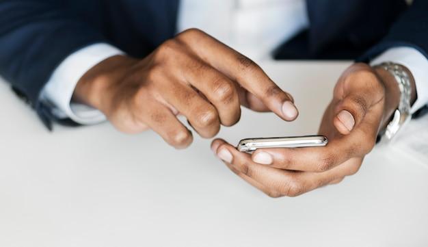 Gros plan, de, homme affaires, utilisation, téléphone portable Photo gratuit