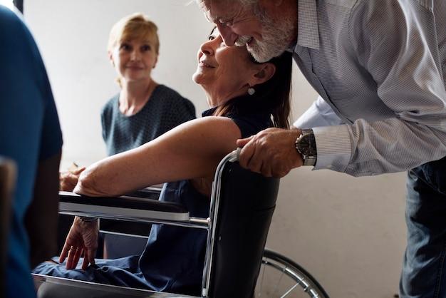 Gros plan d'un homme âgé et d'une femme handicapée Photo Premium