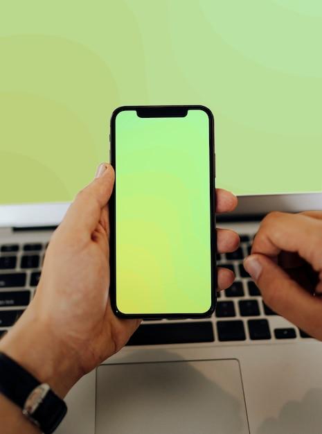 Gros plan d'un homme à l'aide d'un téléphone portable Photo gratuit