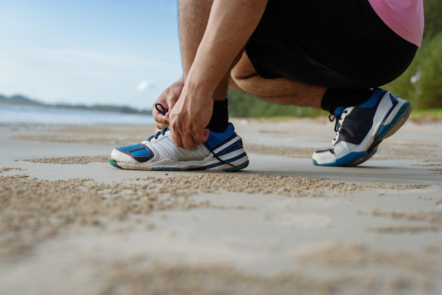 Gros plan, homme, attacher, lacets, chaussure, plage Photo Premium