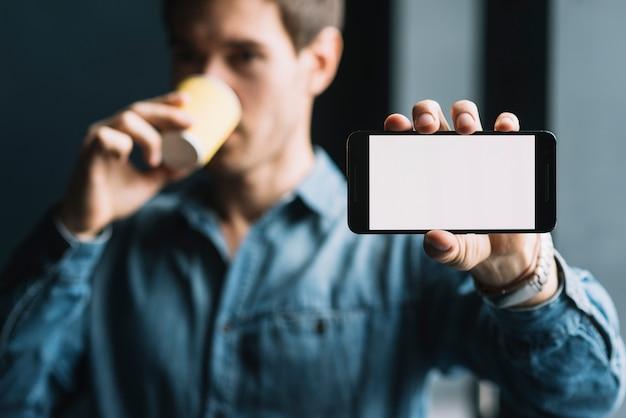 Gros plan, homme, café, projection, mobilephone Photo gratuit
